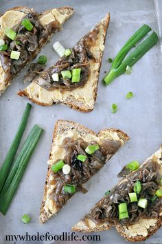 Pea Puree And Caramelized Onion Toast: This recipe is great for a quick snack or to make a big batch for entertaining. Vegan and very easy to make ahead of time. - By mywholefoodlife Healthy Sandwich Recipes, Healthy Sandwiches, Appetizer Recipes, Whole Food Recipes, Snack Recipes, Appetizers, Bread Recipes, Vegan Recipes, Vegan Foods
