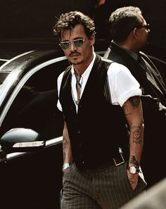 Can we stop talking about how Leonardo Dicaprio hasn't won an acting award and focus on how in the world Johnny Depp hasn't won one? Don't give up Johnny, soon enough! Gorgeous Men, Beautiful People, Looks Style, My Style, Hair Style, Here's Johnny, Komplette Outfits, Herren Outfit, Raining Men