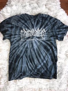 Revista Logo empate tinte T shirt de Thrasher Skateboarding Cute Lazy Outfits, Trendy Outfits, Cool Outfits, Tee Shirt Trasher, T Shirt Logo, Moda Tie Dye, Thrasher Outfit, Cute Sweatpants, Hype Clothing