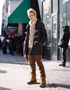 With sweater, duffle coat and tweed trousers - Styleoholic Sharp Dressed Man, Well Dressed Men, Bean Boots Style, Duck Boots Outfit, Dark Fashion, Men's Fashion, Fasion, Winter Fashion, Tweed Trousers
