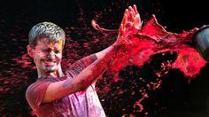 """- Homem leva uma balde de tinta colorida durante celebrações do 'Festival das Cores"""", na Índia. Foto: Arun Sankar / AFP"""