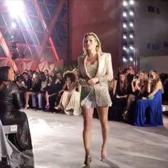 언니가 돌아왔다! #케이트모스 가 런웨이에 컴백했습니다. 칸에서 열린 전 세계 피난으로 고통받고 있는 아이들을 위한 '패션 포 릴리프(@fashion4relief)' 자선 패션쇼에 등장 한 것! 쇼의 호스트인 나오미 캠벨 뿐만 아니라 나탈리아 보디아노바 하이디 클룸 나타샤 폴리 켄달제너  벨라 하디드 등 화려한 라인업을 자랑하는군요. - Fashiontomax  via HARPER'S BAZAAR KOREA MAGAZINE OFFICIAL INSTAGRAM - Fashion Campaigns  Haute Couture  Advertising  Editorial Photography  Magazine Cover Designs  Supermodels  Runway Models