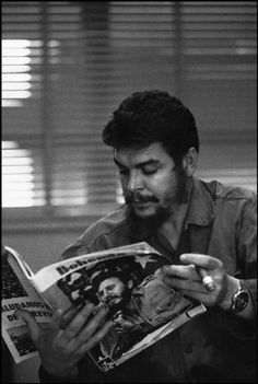 Che Guevara reading an article about Fidel Castro Che Guevara Photos, Che Quevara, Tom Hardy Photos, Ernesto Che Guevara, Elliott Erwitt, Fidel Castro, Freedom Fighters, Best Places To Travel, Guerrilla