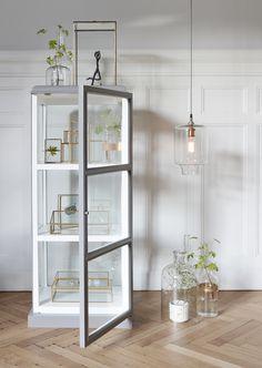Vitrineskab glas Grå/hvid Hübsch i høj kvalitet med unikt design. De har øje for detaljen, som gør deres produkter helt fantastiske.