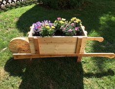 Mit dieser schönen Deko-Schubkarre bekommen Blühpflanzen das ganze Jahr über einen Ehrenplatz! Show off your summer plants with this cute diy-wheelbarrow. #makeityourhome #bosch