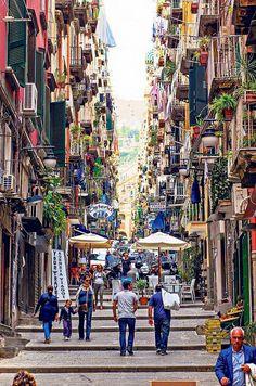 Una delle tantissime strade di Napoli coloratissima