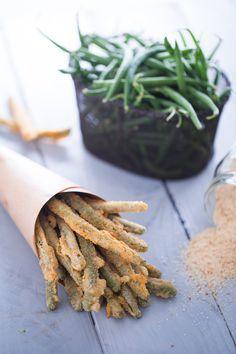 Non sapete quale snack offrire ai vostri ospiti? Provate i fagiolini fritti... croccanti e sfiziosi bastoncini da servire nei conetti di carta come aperitivo fingerfood! (Fried runner beans)