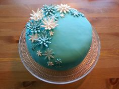 Silmukoita ja suklaakakkua: Kimallusta ja turkoosia Decorative Plates, Cakes, Tableware, Desserts, Food, Home Decor, Tailgate Desserts, Dinnerware, Deserts