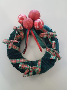 couronne faite avec du tissu velours Christmas Wreaths, Halloween, Holiday Decor, Home Decor, Christmas Swags, Homemade Home Decor, Holiday Burlap Wreath, Interior Design, Home Interior Design