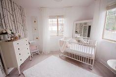J'aime assez l'ambiance apaisante de cette chambre et le papier peint choisi pour le mur de gauche.
