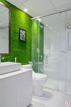 Take a look at this trendy artificial grass bedroom - what an innovative design and style Indian Bathroom, All White Bathroom, Bathroom Green, Artificial Grass Carpet, Artificial Turf, Artificial Grass Ideas, Bathroom Designs India, Jardin Vertical Artificial, Ideas Baños