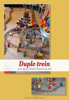 Duplo train ideas building tracks. Fun for kids.   Duplo trein idee: bouw een baan omhoog. Leuk voor kinderen.