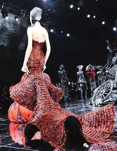 - watching all the current shows and really just nothing compares to old school // this is from Fall/Winter 2009 Couture show. // Actually maybe Iris van Herpen but she was apprenticing with him then. Couture Fashion, Fashion Art, High Fashion, Runway Fashion, Fashion Show, Fashion Design, Gowns Couture, Chanel Couture, Alexandre Mcqueen
