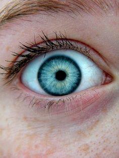 Yo tengo los ojos de azul.