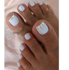 The advantage of the gel is that it allows you to enjoy your French manicure for a long time. There are four different ways to make a French manicure on gel nails. Pretty Toe Nails, Cute Toe Nails, My Nails, Gold Toe Nails, Toe Nail Color, Toe Nail Art, Acrylic Toe Nails, Diy Ongles, Nagel Tattoo
