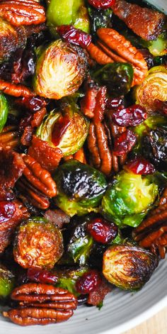 Christmas Brussels Sprouts with Bacon, Cranberries, and Pecans abendessen Christmas Brussels Sprouts with Bacon, Cranberries, and Pecans Sprout Recipes, Vegetable Recipes, Vegetarian Recipes, Cooking Recipes, Healthy Recipes, Health Food Recipes, Christmas Side Dishes, Thanksgiving Side Dishes, Thanksgiving Recipes