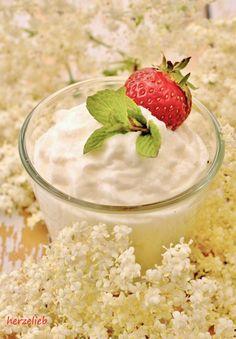 Erfrischung gefällig? Holunderblüten-Mousse aus Holunderblütensirup ist ideal dafür!
