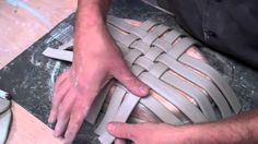 Best Photo Clay pottery hand building Ideas Great video on how to create a basket form with extruded clay strips. Hand Built Pottery, Slab Pottery, Ceramic Pottery, Pottery Art, Ceramics Projects, Clay Projects, Clay Crafts, Ceramic Techniques, Pottery Techniques