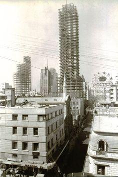 La famosa Torre Latinoamericana en 1949, al ser el edificio más alto de su época en el Distrito Federal se pensaba en que se caería con un temblor por lo cual no se vendían sus oficinas, despues del temblor del año 1957, fue cuando gano su reconocimiento en ser el edificio más alto sin sufrir un solo daño en dicho temblor, después pasaría otra prueba resistiendo el Terremoto de 1985, convirtiéndose en orgullo para la ciudad.