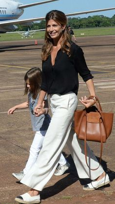 Juliana y Antonia, los ángeles de Macri - Welcome to our website, We hope you are satisfied with the content we offer. Basic Outfits, Mode Outfits, Summer Outfits, Simple Style, Cool Style, Celebrity Style Casual, Casual Chique, Outfits Mujer, Sport Chic