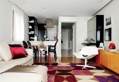 Usar cores de forma pontual, em objetos de decoração ou móveis menores, deixa o ambiente mais limpo