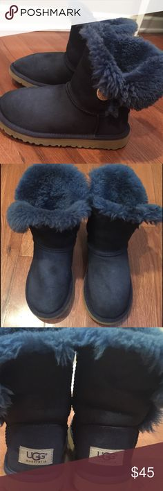 Navy blue uggs big kids size 2 - womens 5 Navy blue UGGS, big kids size 2 - womens 5. Worn but in good condition. Very soft inside UGG Shoes Winter & Rain Boots
