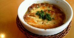 冬になると食べたくなるオニオングラタンスープ。飴色玉ねぎが面倒ですが、レンジを使って、時短して簡単に作れます(^-^)