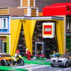 PS city Legostore by peteris_sprogis Modele Lego, Lego Design, Modular Design, Cool Lego, Awesome Lego, Lego Pictures, Lego Boards, Lego City Police, Lego Store
