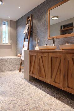 hippe badkamer met trendy 'tegel' gebruik in combinatie met stoer hout
