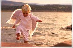 Anjos e Amigos, todos temos um pouquinho de cada coisa. Um anjo nos toma pela mão e nos aproxima de Deus Um amigo foi enviado por Deus para aproximarmos dele Um anjo tem a obrigação de cuidar de nós Um amigo cuida de nós por amor Um anjo te vê sorrir e observa tuas alegrias Um amigo te faz sorrir e faz parte das tuas alegrias Um anjo sabe quando necessitas da ajuda de alguém Um amigo te ajuda sem saber que necessitas Um anjo te ajuda evitando problemas Um amigo te ajuda a resolvê-los Um anjo…