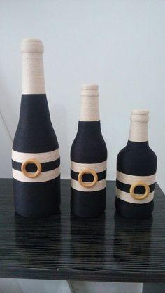 Garrafas decoradas: 100 fotos e tutoriais para enfeitar qu Glitter Wine Bottles, Painted Wine Bottles, Bottles And Jars, Recycled Glass Bottles, Glass Bottle Crafts, Bottle Art, Diy Spray Paint, Wine Craft, Bottle Painting