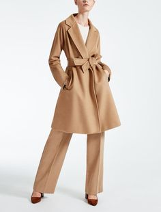 Enter the world of Max Mara: let yourself be won over by the elegance and hand-crafted quality of our collections. Purchase on-line or visit a boutique. Look Casual Chic, Casual Looks, Max Mara, Fashion Drawing Dresses, Shirt Skirt, Camel Coat, Fashion Lookbook, Well Dressed, Capsule Wardrobe