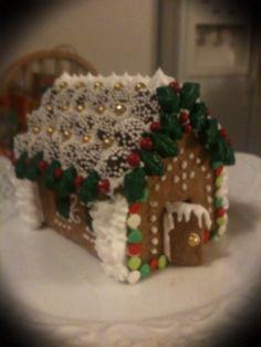 Mini house Food Artists, Christmas Glitter, Glitter Houses, Gingerbread Houses, Theme Ideas, All Things Christmas, Elf, Food Ideas, Mini
