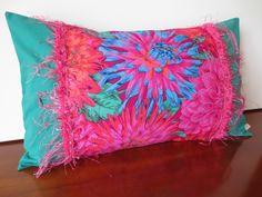 Housse coussin bohémienne, frou-frou fleurie fuchsia et vert : Textiles et tapis par michka-feemainpassionnement