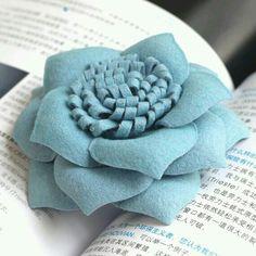 Great idea on paper flowers, felt material Cloth Flowers, Felt Flowers, Diy Flowers, Fabric Flowers, Paper Flowers, Felt Diy, Felt Crafts, Fabric Crafts, Fabric Ribbon