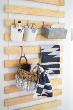 IKEA HACK: Onze meest favoriete Ikea hack! Pak een lattenbodem, hang 'm aan de muur en gebruik 'm als opberger. Geniaal!