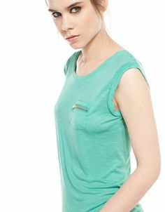 Bershka España -Camiseta BSK bolsillo con cremallera