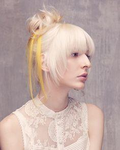 Biondo platino  La frangia piena non è il massimo per l'estate, ma bilancia il mini-chignon sulla testa. Il look è di HairPerformance by Framesi.  #hairstyle #chignon #ss16