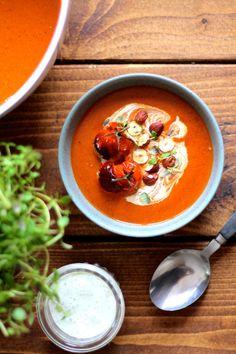 Bagt tomatsuppe med timian-yoghurt og hasselnødder