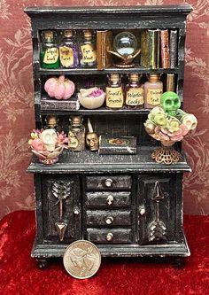 Haunted Dollhouse, Haunted Dolls, Diy Dollhouse, Dollhouse Miniatures, Halloween Miniatures, Halloween Doll, Halloween House, Halloween Diorama, Miniature Crafts