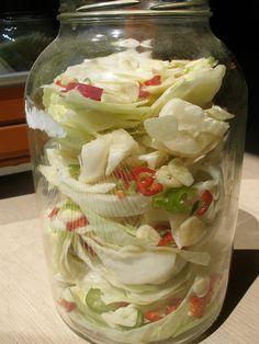 Hlávkové zelí nakrájíme na větší kusy. Česnek oloupeme a nakrájíme na plátky. Použijeme větší sklenici 2-3 litrovou a střídavě prokládáme zelím,...
