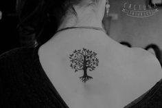 Tatuajes de arboles para mujeres peque os buscar con for Significado de un arbol sin hojas