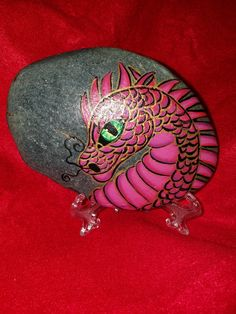 Dragon - Astrid Beister - Space Everything Stone Art Painting, Pebble Painting, Dot Painting, Pebble Art, Rock Painting Ideas Easy, Rock Painting Designs, Dragon Eye, Pink Dragon, Hand Painted Rocks