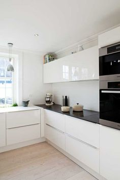 cuisine laquée blanche avec sol en planchers clairs Plus Small Modern Kitchens, Small Space Kitchen, Kitchen Sets, Ikea Kitchen, Modern Kitchen Design, Beautiful Kitchens, Kitchen Flooring, Interior Design Kitchen, Home Kitchens