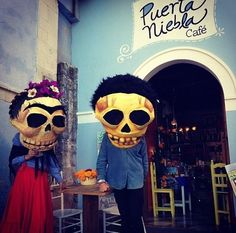 mictlanfvckyeah: Diego y Frida en Puerta Niebla café