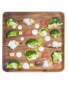 Ensalada brócoli: Ingredientes: lechuga, 4 muslos de pollo, 8 anchoas, 1 pomelo rosa, 50g de parmesano rallado fino, 40g picatostes naturales y salsa césar. Para prepararlo debes cocer los brócolis al microondas, cortar los lomos de anchoa a la mitad y asar el contra muslo de pollo a la sartén. Coloca los brócolis sobre las hojas de ensalada, cortar en 4 trozos el contra muslo y coronar los lomos de anchoa, parmesano y picatostes. Distribuye los gajos de pomelo intercaladamente y a salsear.