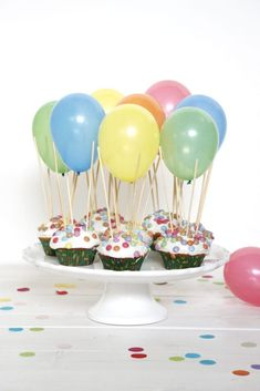 Hot air balloon muffins are a popular children's birthday recipe. The lemon muffins are decorated with frosting and smarties. Water bombs are best used for balloon muffins. Cake Recipes For Kids, Delicious Cake Recipes, Cup Cake Kinder, Cookies Roses, Air Balloon, Balloons, Balloon Cupcakes, Pear Cake, Homemade Birthday Cakes