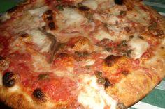 """""""Aglianico e pizza mediterranea"""" #pizza #food #italianfood #foodporn #soyummy #yummy #aglianico #vino #wine"""