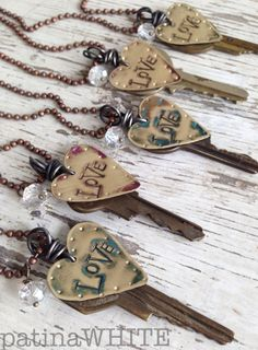 upcycling old keys 20 Key Jewelry, Stamped Jewelry, Metal Jewelry, Jewelry Crafts, Jewelry Art, Beaded Jewelry, Jewelery, Handmade Jewelry, Jewelry Design