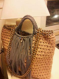 Diy Crochet Bag Crochet Purses Knitted Bags Yarn Crafts Crochet Projects Purses And Bags Knitting Shoe Bag Handmade Diy Crochet Bag, Crochet Purses, Knit Crochet, Diy Clutch, Diy Tote Bag, Crochet Designs, Crochet Patterns, Hello Kitty Crochet, Handmade Handbags